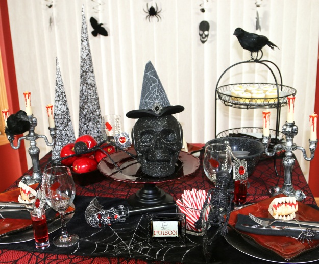 Superbe DIY Gothic Table Setting With Glitter Props