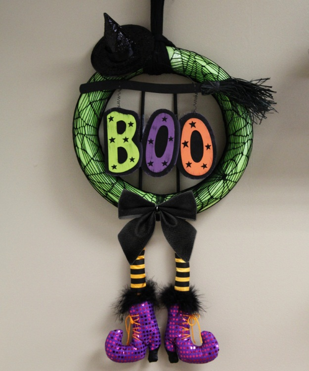 How to DIY Halloween Wreaths with a pool water noodle