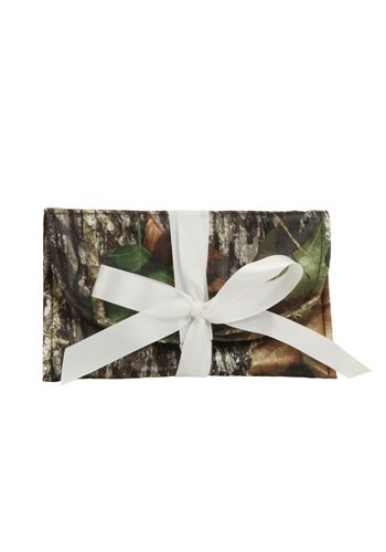 This Mossy Oak Bridesmaid Clutch Purse is a perfect accessory for your camo-themed wedding. #purse